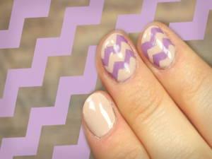 Fingernägel mit Zick-Zack-Muster